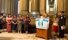 Sheila Hess, representante de la alcaldía lee el mensaje del alcalde Kenney a los asistentes. Foto: Edwin López Moya / AL DÍA News