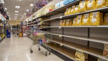 El pánico por quedarse sin alimentos para pasar la cuarentena ha arrasado los supermercados. / CNBC.