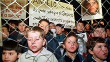 Colonia Dignidad children with posters in defense of their leader, accused of pedophilia. Photo Reuters, Luis Chang.