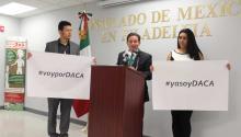 (Izq. a der.) Sergio Davila junto a el Cónsul de México en Filadelfia Carlos Giralt Cabrales, y Gabriela Pedroza. Ana Gamboa/AL DÍA News