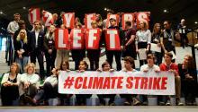 """Jóvenes participantes del movimiento """"Climate strike"""", creado la activista sueca de 15 años Greta Thunberg, posan durante la cumbre del clima (COP24) de Katowice (Polonia), el 14 de diciembre de 2018. EFE/ Andrzej Grygiel"""
