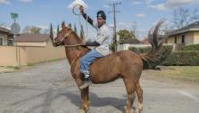 Los Cowboys de Compton llevan desde 1988 echando el lazo a los estereotipos raciales. Photo: Walter Thompson-Hernández.