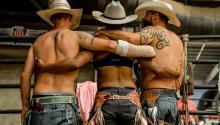En los rodeos queer hay mucha gente rural blanca, pero también latinxs y afroamericanxs con sus sombreros y botas de montar.Photo: BuzzFeed News