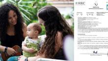 Dachelys Valdés Moreno y Hope Bastian con su pequeño y la certificación de nacimiento emitida. Photo: Q de Cuir.