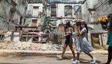 Varias mujeres llevan hoy girasoles amarillos al Santuario de la Virgen de la Caridad del Cobre, en La Habana (Cuba).Foto: Ernesto Mastrascusa/EFE
