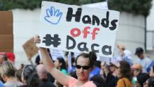 Un hombre sostiene un pancarta mientras protesta junto a decenas de personas contra la decisión del presidente, Donald Trump, de poner fin al programa de Acción Diferida para los Llegados en la Infancia (DACA) durante una manifestación el pasado martes 5 de septiembre de 2017, en Los Ángeles, California.EFE/Eugene García