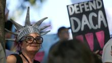 Centenares de activistas pro-derechos de los inmigrantes se manifestaronen contra de la suspensión del programa DACA el pasado 10 de septiembre en Los Angeles, California. EFE/EUGENE GARCIA