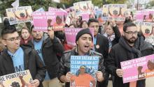 """Centenares de jóvenes """"Dreamers"""" de diferentes estados se manifestaron el pasado 9 de diciembre en Washington para protesar por la eliminación del programa. Foto: EFE"""
