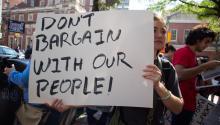 Una manifestanteal frente de las oficinas de ICE en Filadelfiael pasado 6 de septiembre,un día después de laderogación del programa DACA. Samantha Laub / AL DÍA News