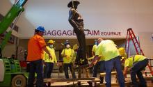 Retirada de la estatua de Jay Banks en el Love Field Airport de Dallas, el pasado jueves 4 de junio. Foto: NBC News.
