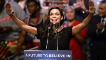 La actriz Rosario Dawson presentó al aspirante a la candidatura de los demócratas Bernie Sanders durante un mitin en Los Ángeles el 23 de marzo. EFE