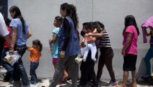 Varias mujeres y niños que fueron deportadas de Estados Unidos fueron capturadas a su llegada a la Ciudad de Guatemala el pasado 7 de agosto. Foto: EFE/Saúl Martínez