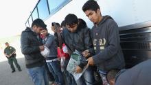 HIDALGO, TX - 14 DE MARZO: Los inmigrantes recogen sus pertenencias antes de ser deportados a través de un puente internacional a México el 14 de marzo de 2017 desde Hidalgo, Texas. (Foto de John Moore/Getty Images)