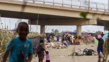 Migrants on the bridge in Del Rio, Texas. Photo: Twitter @ElUniverso