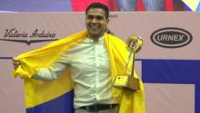 Diego Campos receiving his trophy as Barismo Champion. Photo: Twitter @gobertolima