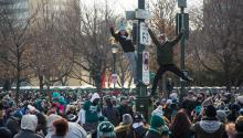 Climbing to the top: Eagles fans have high standards for the intrepid pole-climbers among them. Samanatha Laub / AL DÍA News