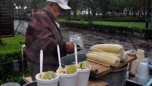 Vendedor de elotes en Mexico. Foto: Wikipedia