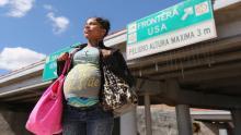 ICE ha anunciado queeliminarálas políticas de presunta liberación de mujeres inmigrantes embarazadas.(Photo by John Moore/Getty images)