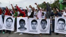 Miles de estudiantes, maestros y familiares de los desaparecidos marcharon el 17 de octubre en el puerto de Acapulco, para exigir el regreso a casa de los jóvenes a tres semanas de su desaparición durante la noche del 26 de septiembre en la ciudad de Iguala. Foto: EFE