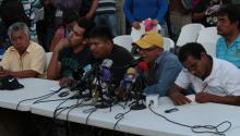"""Familiares de los 43 estudiantes que desaparecieron el 26 de septiembre participan el 7 de noviembre de 2014, durante una conferencia de prensa en la Escuela Normal Rural de Ayotzinapa, donde aseguraron que mientras """"no haya pruebas"""" de que están muertos, seguirán exigiendo la búsqueda de sus hijos """"vivos"""". EFE"""
