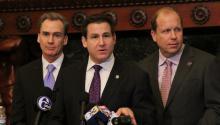 (Izq. a der.) Los senadores estatales, Mike Stack, Larry Farnese y Daylin Leach, forman parte de la coalición que apoya legislaciones de equidad LGBT.