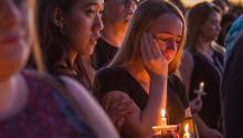 Miles de personas se reunieron en el anfiteatro de Pine Trails Park, Parkland, Florida, para recordar a los fallecidos durante el tiroteo en un instituto de secundaria, en el que murieron 17 personas. Foto: EPA-EFE/GIORGIO VIERA