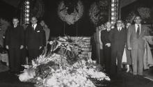 Kahlo, cubierta por la bandera comunista,fue despedida con grandes honores desde el Palacio de Bellas Artes de Ciudad de México. Photo: Morton.