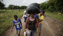 A group of Honduran migrants stranded on theHonduras-El Salvador border in El Amatillo continues heading to the United States, Oct. 8, 2018. EFE / Rodrigo Sura