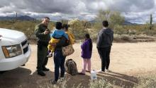 Photograph of February 22, where the spokesman of the Border Patrol, Daniel Hernandez, appears, while speaking with a Honduran immigrant after surrendering along with her three children of 2, 9 and 14 years in a point of the area known as Quitobaquito, on the border of Arizona with Mexico (USA). EFE / Paula Díaz