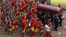 Miles de fanáticos portaron la vestimenta de los personajes más populares creados por el comediante mientras música de mariachi fue acompañada por los aplausos de miles de personas que llenaron casi la mitad del Estadio Azteca, cuya capacidad es para unas 100,000. EFE