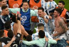 Los jugadores de Argentina celebran al final del partido de semifinales del torneo de fútbol Conmebol 2021 contra Colombia en el estadio Mane Garrincha en Brasilia, Brasil, el 6 de julio de 2021. Foto: Evaristo Sa/AFP via Getty Images