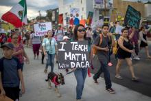 """Miles de inmigrantes y simpatizantes se unen a la marcha """"Defend DACA""""para oponerse a la orden del Presidente Trump de terminar con DACA el 10 de septiembre de 2017 en Los Ángeles, California. Foto: David McNew/Getty Images"""