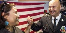 Héctor Barajas-Varela, veterano deportado del Ejército de EE.UU. celebra con la directora ejecutvia de ACLU de los condados de San Diego e Imperial, Norma Chavez-Peterson,  después de que le dijeran que se le otorgaría la ciudadanía estadounidense en Tijuana, México, el 29 de marzo de 2018. Joel Angel Juarez / AP