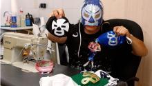 Hijo del Soberano cosiendo mascarillas quirúrgicas en su casa de México. Getty Images.