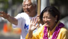 Foto de archivo que muestra a la entonces representante de la Cámara, Mazie Hirono, en un acto de campaña en Honolulu, el 11 de agosto del 2012. Fuente: AP.