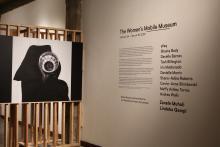 La noche de inauguración del Women's Mobile Museum en el Photo Arts Center de Filadelfia, el 24 de enero de 2019. La imagen fue creada por Zanele Muholi, una artista y activista sudafricana.