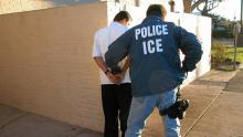 ICE detiene a un inmigrante. Fuente: Democracy Now.