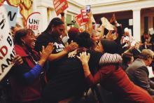 La concejalaHelen Gym abraza a una partidariade la legislaciónFair Workweek.Foto: Sahar Coston-Hardy.