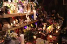 """El altar central de """"La Ofrenda"""", con las """"ofrendas"""" proporcionadas por miembros de la comunidad mexicana del sur de Filadelfia. Foto: Nigel Thompson / AL DÍA News."""