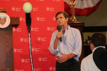 Former U.S. Representative and one of the many Democratic nominees for president, Joe Sestak speaks to an audience at Chestnut Hill College on September 23. Photo: Nigel Thompson/AL DÍA News.