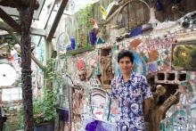 Salvador Peribán en Philadelphia Magic Gardens. Photo: Emily Neil / AL DÍA News