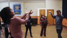 """Alexandra Espinoza, Rachel O'Hanlon-Rodriquez, Virginia Sanchez, y Ivan Vila (izquierda a derecha) participan en una actividad en su ensayo para el show de """"Pa'lante"""" en First Person Arts Festival. Foto: Emily Neil / AL DÍA News"""