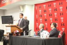Manny Diaz speaking at the podium during his introductory press conference as Temple football's new coach. Photo: Jensen Toussaint/AL DÍA News