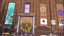 Reloj de arte en la construcción cerca del ahora cerrado 'Heroin Corridor' en Kensington. LWJ Photo