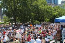 El pasado sábado, miles de ciudadanos de Filadelfia se reunieron en Logan Circle bajo un sol abrasador para pedir que se ponga fin a la detención y separación de familias inmigrantes, y la supresión del ICE. Foto: Emily Neil / AL DÍA News
