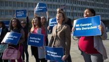 Activistas manifestando en Washington en apoyo de unainmigrante indocumentada que busca un aborto en Texas. Crédito J. Scott Applewhite / Associated Press