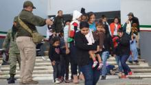 Personal del Instituto Nacional de Migración de México conduce a un grupo deinmigranteinterceptados el pasado sábado 3 de febrero de 2018, en Tamaulipas (México). Las autoridades mexicanas rescataron a un total de 301 migrantes centroamericanos que eran transportados en precarias condiciones en los estados de Tamaulipas y Veracruz, informaron hoy autoridades migratorias. EFE/José Martínez