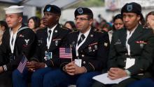Un grupo de inmigrantes que sirven en las fuerzas armadas se convierten en ciudadanos en una ceremonia de naturalización en Nueva York. (Foto: Sargento Randall A. Clinton / Marine Corps)