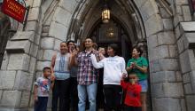 Javier Flores García, con su familia, miembros de la organización Juntos y el reverendoRobin Hynicka, a la entrada de laUnited Methodist Church, de Center City. Foto: Samantha Laub / AL DÍA News