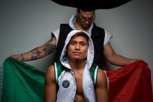Alejandro Jiménez, un boxeador profesional invicto de New Hope, con su entrenador Mark Roxey. Crédito de la foto: Darryl Cobb Jr.
